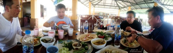 A good fishing trip always begins with good food, and Thai food is among my favourite. Here we are having khao raat gaeng ??????????